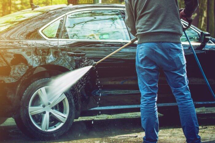 Auton peseminen painepesurilla